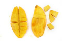 Mogna mango, gul mango som isoleras p? svart bakgrund fotografering för bildbyråer