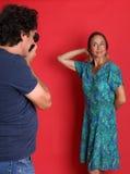 Mogna modellen som poserar för en fotograf Arkivbilder