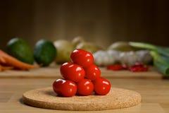 Mogna nya Cherry Tomatoes på en trätabell Arkivbilder