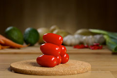 Mogna nya Cherry Tomatoes på en trätabell Royaltyfria Bilder