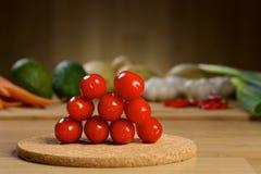 Mogna nya Cherry Tomatoes på en trätabell Royaltyfri Fotografi