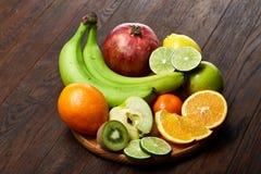 Mogna nya frukter i en träplatta på en lantlig träbakgrund, selektiv fokus, närbild, bästa sikt arkivfoto