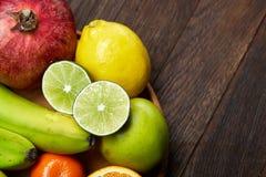 Mogna nya frukter i en träplatta på en lantlig träbakgrund, selektiv fokus, närbild, bästa sikt royaltyfri bild