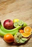 Mogna nya frukter i en träplatta på en ljus träbakgrund, selektiv fokus, närbild, bästa sikt arkivbild