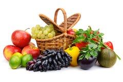 Mogna nya grönsaker och frukter i korgen som isoleras på vit Royaltyfri Fotografi