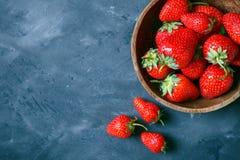 Mogna och läckra jordgubbar på tabellen arkivfoto
