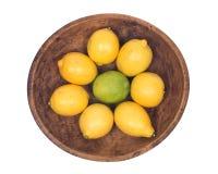 Mogna organiska limefrukter och citroner Arkivbild
