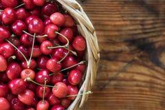 Mogna organiska självodlade körsbär i en korg royaltyfri fotografi