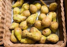 Mogna päron i korg på mat marknadsför eller brukar royaltyfri foto