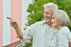 Mogna par i sommar parkerar Arkivbilder