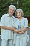 Mogna par i sommar parkerar Arkivfoto