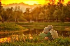 Mogna par i sommar parkerar royaltyfria foton