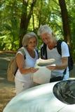 Mogna par med översikten nära bilen Arkivbilder