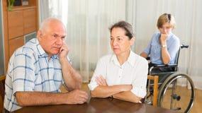 Mogna par och den rörelsehindrade kvinnan inomhus Arkivbilder