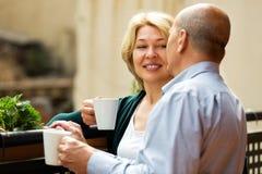 Mogna par på balkong med kaffe Royaltyfria Foton