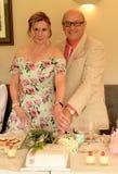 Mogna par på bröllopdag royaltyfria bilder