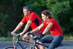 Mogna par på cykeln arkivbild