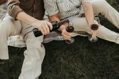 Mogna par som går att dricka den scharlakansröda drycken royaltyfria foton