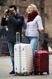 Mogna par som går med bagage Royaltyfria Bilder