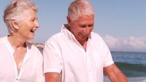 Mogna par som går och rymmer händer stock video