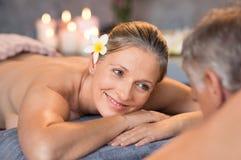 Mogna par som har massage på brunnsorten Fotografering för Bildbyråer