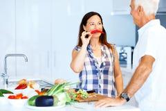 Mogna par som hemma lagar mat royaltyfri fotografi