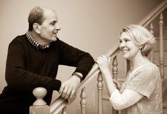 Mogna par som poserar nära trappa royaltyfri foto