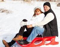 Mogna par som sledding Royaltyfri Bild