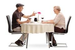 Mogna par som talar på ett datum arkivfoton
