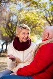 Mogna par som in talar, parkerar Royaltyfri Bild