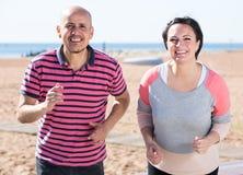 Mogna par som tillsammans joggar Arkivfoton