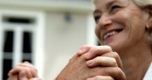 Mogna parholdinghänder arkivfilmer