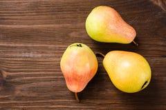 Mogna pears på en trätabell Arkivbilder