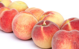 Mogna persikor som diagonalt arrangera i rak linje Arkivbild