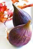 Mogna purpura figs på en vit platta Arkivbild