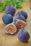 Mogna purpurfärgade fikonträd i köket Arkivfoto