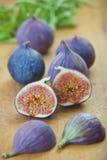 Mogna purpurfärgade fikonträd i köket Arkivfoton