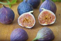 Mogna purpurfärgade fikonträd i köket Arkivbild