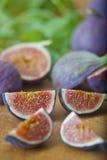 Mogna purpurfärgade fikonträd i köket Royaltyfri Fotografi
