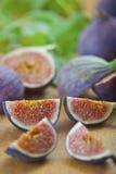 Mogna purpurfärgade fikonträd i köket Royaltyfri Foto