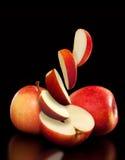 Mogna röda äpplen och skivor Fotografering för Bildbyråer