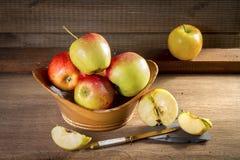 Mogna röda bio äpplen på tabellen Arkivbild