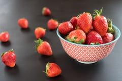 Mogna röda jordgubbar i bunke Ny fruktsaftjordgubbe, sunt bärmatfoto Royaltyfri Foto