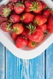 Mogna röda jordgubbar i den vita bunken Arkivbilder