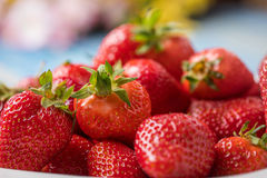 Mogna röda jordgubbar i den vita bunken Royaltyfria Foton