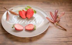 Mogna röda jordgubbar med bladet Arkivfoton