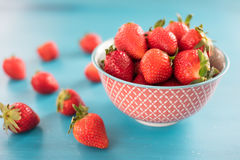 Mogna röda jordgubbar på den blåa trätabellen, ny jordgubbe, jordgubbar i den vita bunken Royaltyfria Bilder