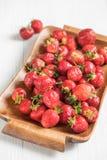 Mogna röda jordgubbar på ett magasin för frukost, beskådar stort Royaltyfria Foton