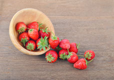 Mogna röda jordgubbar på trätabellen Arkivfoto