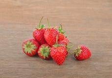 Mogna röda jordgubbar på trätabellen Royaltyfria Bilder
